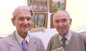 Н.Д. Светлаков (слева) с художником-любителем М.А. Федоровым на выставке «Городу подаренные краски», 15 марта 2016 г.